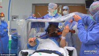 Increíble: músico toca el violín mientras le practican una operación en el cerebro