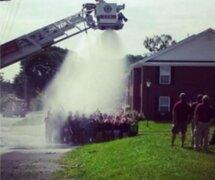 Un grupo de bomberos se electrocutó por realizar reto Ice Bucket Challenge