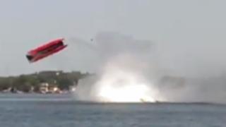 VIDEO: lancha da varias vueltas en el aire tras exceso de velocidad
