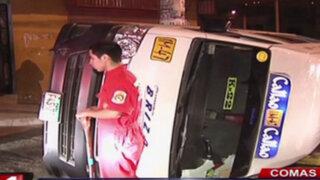 Comas: volcadura de combi deja un muerto y nueve heridos