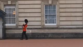 VIDEO: guardia del Palacio de Buckingham sorprende a turistas con su baile