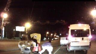 Mickey Mouse y Bob Esponja se agarran a golpes con un conductor en Rusia