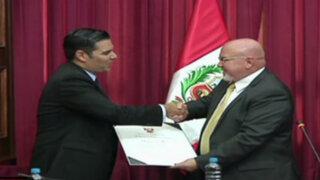 Carlos Bruce condecora a alcalde peruano gay de Long Beach en el Congreso