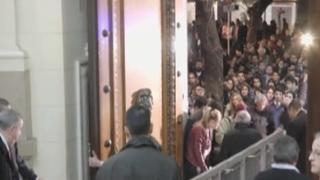 Argentina: miles de personas hacen largas colas para asistir a velorio de Cerati