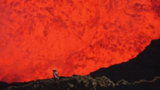 VIDEO: sujeto desafía la naturaleza y se esconde dentro de un volcán activo