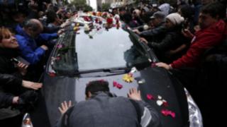 Miles de argentinos acompañan féretro de Gustavo Cerati