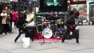 VIDEO: tres niños sorprenden tocando metal en el centro de Nueva York