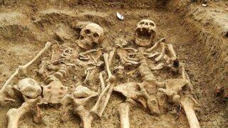 Reino Unido: hallan esqueletos tomados de la mano desde hace 700 años