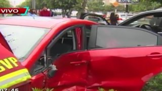 Mujer que iba a excesiva velocidad causó aparatoso accidente en Av. Arequipa