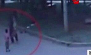 Hombre estrelló contra el suelo a un niño en China
