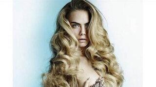 Mario Testino retrata desnuda y encadenada a famosa modelo Cara Delevingne