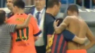 VIDEO: Messi niega su camiseta a un niño, mientras Neymar sí la entrega a hincha