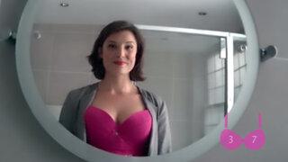 Mujer averiguó cuantas veces le miran el escote con una cámara oculta