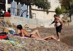 Marcelo Bielsa disfruta de la playa y se cruza con bellas mujeres en topless