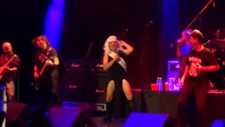 VIDEO: Cristian Castro sufrió bochornosa caída durante concierto
