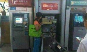 China: enfurecida mujer destruye cajero automático que no le entregó dinero