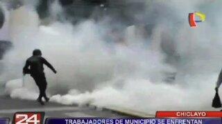 Chiclayo: trabajadores de municipio se enfrentan a la policía exigiendo su pago