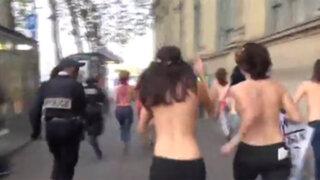 VIDEO: policía sufre aparatosa caída al intentar capturar a una chica en 'topless'