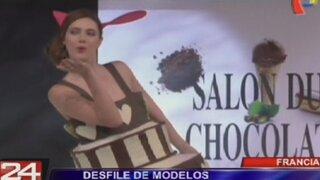 Modelos vestidas con chocolate desfilan por las pasarelas de París