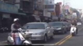 Taiwán: aparatoso choque entre dos motociclistas quedo grabado en video