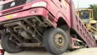 Volquete se hunde cuando transitaba por calle de Iquitos