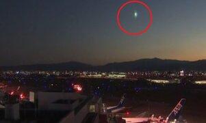 Captan el momento en que un espectacular meteorito atraviesa el cielo de Japón