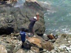 Áncash: Dos pescadores matan a pedradas a un lobo marino