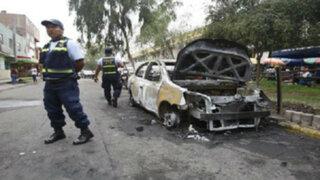 El Agustino: desconocidos queman vehículo robado en plena vía pública