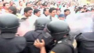 Tumbes: maestros impagos bloquean puente y se enfrentan a policías