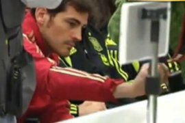 Iker Casillas le 'roba' el celular a un fotógrafo en rueda de prensa