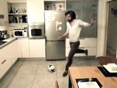 Precisión total: Andrea Pirlo apaga la luz de la cocina con un pelotazo