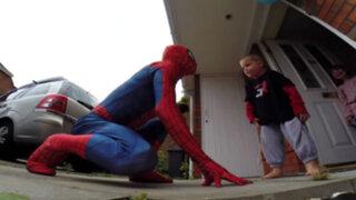VIDEO: sujeto se disfraza de Spiderman para sorprender a su hijo con cáncer terminal