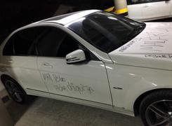 Colombia: enfadada mujer raya el lujoso auto de su novio infiel