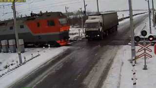 VIDEO: terrible accidente entre un camión y dos trenes se registró en Rusia