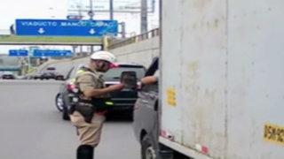 No sólo son motociclistas: camiones y colectivos invaden la Vía Expresa