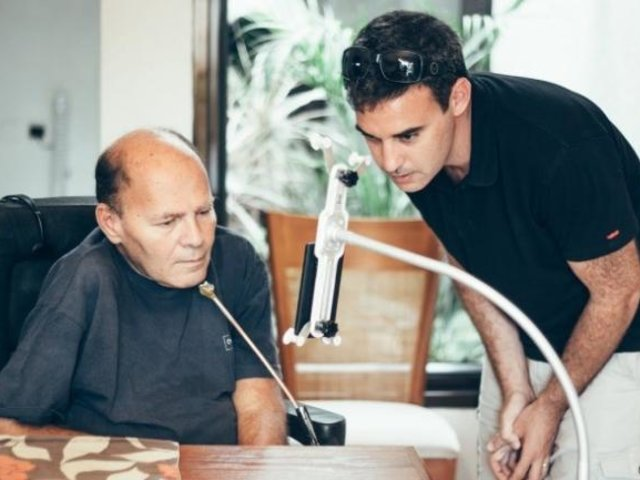 Desarrollan Smartphone para discapacitados que funciona sin tocarlo