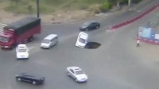 VIDEO: enorme socavón aparecido en una carretera se 'tragó' automóvil