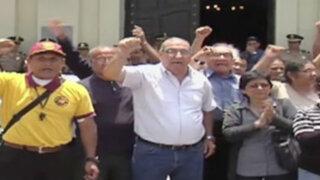 Trabajadores de municipios de Lima y La Victoria exigen pago de sueldos