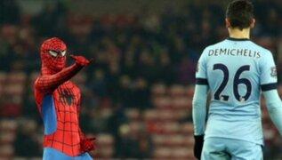 Spiderman invadió campo y lazó telaraña a jugadores de Manchester City