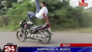 Hombre reta a la muerte practicando yoga a bordo de una moto en movimiento