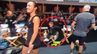 VIDEO: cantante Elton John sufre aparatosa caída durante un partido de tenis