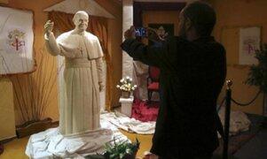 Elaboran estatua del Papa Francisco hecha de chocolate blanco