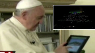 Italia: papa Francisco enciende el árbol de Navidad más grande con una tablet