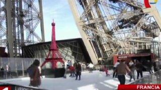 Francia: instalan pista de hielo en la base de la Torre Eiffel