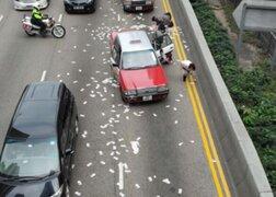 La Navidad en China: Camión desparramó millones de dólares en plena calle