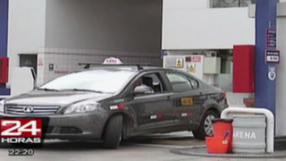 Choferes saludan baja de precios de combustibles en grifos