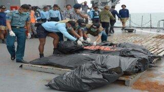 Indonesia: recuperan 30 cadáveres del avión de AirAsia