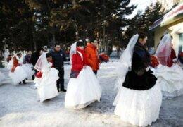 Parejas se casan a 20 grados bajo cero en Festival de Hielo en China