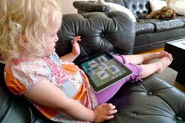 iPad y los niños: aseguran que padres la utilizan para distraer a sus hijos