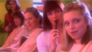 Estas mujeres fueron sorprendidas en la peluquería. ¿Te imaginas con qué?